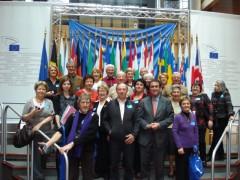 le groupe devant les 27 drapeaux des nations européennes.JPG